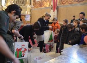 Dzieci otrzymują paczki od św. Mikołaja